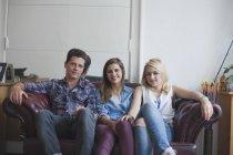 Портрет людина сидить з подруг на дивані в домашніх умовах — стокове фото