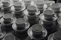 Pile di tazzine e piattini — Foto stock
