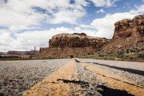 Vue de surface de la route menant vers les montagnes rocheuses — Photo de stock
