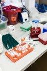 Крупный план научного оборудования на столе в лаборатории — стоковое фото