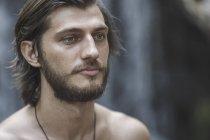 Закри вдумливі сорочки молодий чоловік, дивлячись — стокове фото