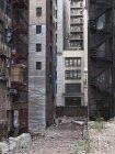Екстер'єр пошарпаний дворі багатоквартирні будинки — стокове фото