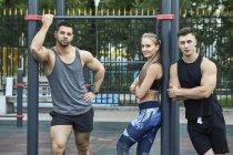 Ritratto di giovani atleti fiduciosi in piedi sulla barra orizzontale — Foto stock