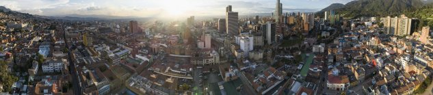 Vista panoramica del paesaggio urbano di Bogotà durante il tramonto — Foto stock