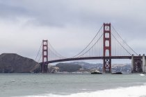 Vue panoramique du Golden Gate Bridge sur jour de brouillard — Photo de stock