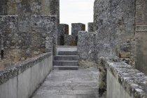 Durchgangsweg an Mauer der alten Steinburg — Stockfoto
