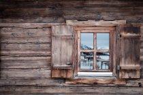 Spiegelung am Glasfenster einer Blockhütte, Kufstein, Tirol, Österreich — Stockfoto