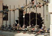 Cadeados amor anexado a cerca na rua — Fotografia de Stock