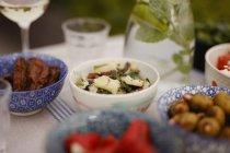 Nahaufnahme des Essens am Tisch im Innenhof — Stockfoto