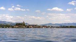 Bâtiments et les montagnes du lac dans le ciel, Zurich, Suisse — Photo de stock