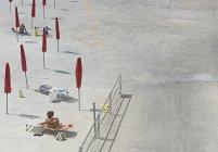 Aus der Vogelperspektive: Frauen sonnen sich bei sonnigem Wetter am Strand — Stockfoto