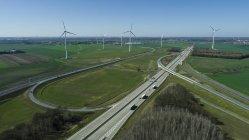 Vista aérea das rodovias e turbinas eólicas em campo contra o céu — Fotografia de Stock