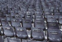 Captura de fotograma completo de sillas vacías en la fila - foto de stock