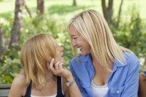 Мать и дочь стоят лицом друг к другу — стоковое фото