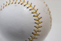 Vista de cerca del softbol con costuras amarillas - foto de stock