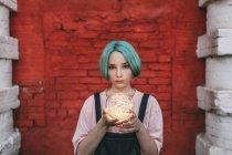 Портрет девочки-подростка с подсветкой, стоящей у кирпичной стены — стоковое фото
