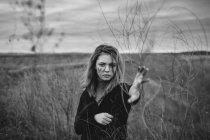 Портрет дівчинки-підлітка з стояти безладний обличчя під засушені рослини на полі — стокове фото