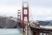 Vue grand angle du Golden Gate Bridge sur baie d'eau contre le ciel, San Francisco, Californie, é.-u. — Photo de stock