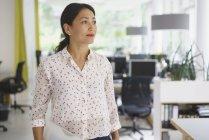 Продуманий підприємець, стоячи в творчих office — стокове фото