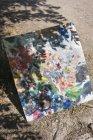 Vista ad alto angolo di tela dipinta a terra durante la giornata di sole — Foto stock