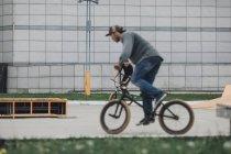 Adolescentes confiados bmx ciclismo en el parque de Skate - foto de stock