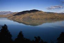 Панорамный вид на озеро и горы против чистое небо — стоковое фото