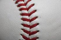 Bastidor completo de béisbol con costuras rojas - foto de stock