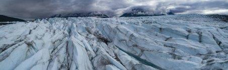 Vista panoramica del ghiacciaio contro il cielo nuvoloso, Knik Glacier, Palmer, Alaska, USA — Foto stock