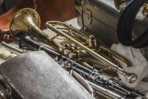 Blick auf Musikinstrumente am Boden — Stockfoto