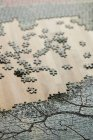 Bouchent la vue de puzzle avec des pièces mixtes sur table en bois — Photo de stock