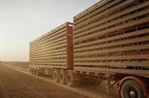 Задня трейлер Напівпричіп вантажного автомобіля на сільській дорозі — стокове фото