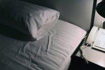 Cama de cultura e suporte noturno no quarto do hotel — Fotografia de Stock
