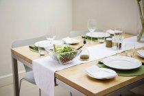 Glas Salatschüssel auf Set Esstisch — Stockfoto