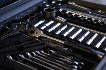 Ratschen mit Steckdosen und Schraubenschlüssel im Werkzeugkasten — Stockfoto