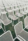 Leeren Stuhlreihen auf Wiese — Stockfoto