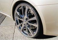Крупним планом подання легкосплавне колесо на спортивний автомобіль — стокове фото