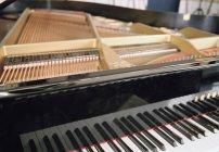 Recortar imagen de piano de cola abierta - foto de stock