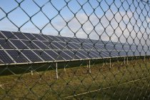 Vista lateral de linhas de módulos solares — Fotografia de Stock