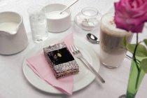 Крупним планом зору торт і кава на кафе таблиці — стокове фото