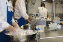Люди, работающие в промышленные кухни — стоковое фото