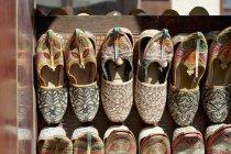 Zapatillas árabes arregladas para la venta en el puesto de mercado - foto de stock