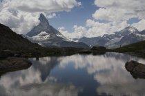 Живописный пейзаж озера над пиком Маттерхорн, Церматт, Швейцарские Альпы — стоковое фото