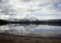 Vista panorâmica para o lago com reflexo de montanhas cobertas de neve — Fotografia de Stock