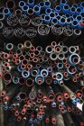 Vista lateral de varios tubos metálicos apilados - foto de stock