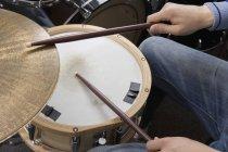 Обтинання чоловіки руки грати на барабанах — стокове фото