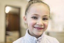 Портрет усміхненої дівчини, що дивиться на камеру. — стокове фото