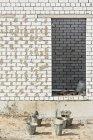 Використовувані відра перед споруджуваному стіни — стокове фото