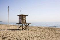 Кабина спасатель на пляже — стоковое фото
