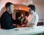 Двоє чоловіків, які пили пиво в бар — стокове фото