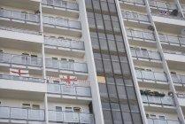 Высокий рост жилой дом украшен Английский флаги, Лондон, Англия — стоковое фото